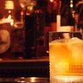 大人が好む静かな雰囲気で過ごすひととき。日常の喧騒から離れたその空間には他では味わえない癒しが存在します。薄暗い店内で店主が創る、彩り華やかなカクテルやお酒の数々。非日常的な体験を貴方にお届け。