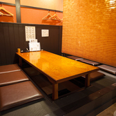 3つ並んだ小上がりの掘りごたつ席(真ん中)★宴会の場合は掘りごたつを埋めて隣の席とつなげます。