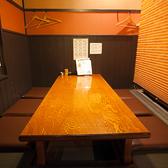 3つ並んだ小上がりの掘りごたつ席(左側)★宴会の場合は掘りごたつを埋めて隣の席とつなげます。