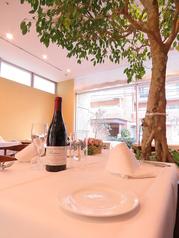 ゆっくり過ごせるテーブル席♪緑の木々を優雅に眺めながらお食事を楽しめます...ガラス張りのパノラマな店内は、優雅に寛げる開放的な空間!記念日やデート,女子会にピッタリ♪