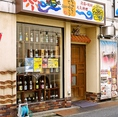 インパクトのある泡盛がズラリと並んだ外観。沖縄の雰囲気をぜひ店内で味わって♪