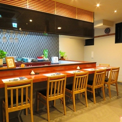常連さんの特等席でもあるカウンター席では、オープンキッチンなので料理人との会話も楽しむことができます◎仕事帰りや飲み会後の〆に極上の寿司を堪能しませんか?
