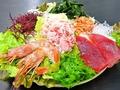 料理メニュー写真豪華ぜいたくサラダ(カニ、エビ、シャケ、マグロ、ワカメ)