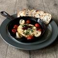 料理メニュー写真●カマンベールとトマトのアヒージョ