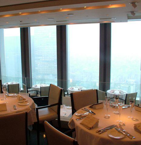 一段高くなっているので、中央のテーブル席からも大きな窓から東京が一望できる。