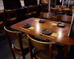 木のぬくもり感じるテーブル席です