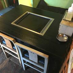 4名テーブルが2席あるテーブル席です。間についたてがありますが、取り外してテーブルをくっつける事もできます!調理場の近くにあるお席なので焼き方がわからなければすぐに店主に伺えます♪