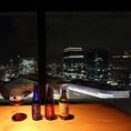 カウンター席はカップルに大人気です。目の前に広がる素晴らしい夜景と、落とした照明、美味しいイタリアンやワインでムード満点。ご予約状況によっては、カウンターの端の落ち着いたお席へご案内することも可能です。デートにぴったりなクラフトビアハウス モルト! 梅田店をぜひご利用ください。