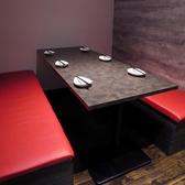 背中が壁で仕切られたテーブル席もあります。(個室ではありません)