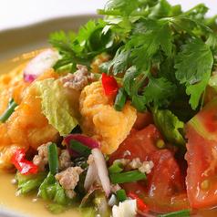 料理メニュー写真揚げ卵のサラダ