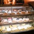 世界のチーズは約50種をガラスケースに常備。コースはすべて食べ放題でおすすめはスタンダードプラン4980円♪飲み放題のビールは【底から湧き出る】アサヒトルネートディスペンサー搭載!湧き上がるビールは話題性抜群で女子会も大盛り上がり!