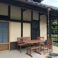古民家の周りには自然に囲まれた癒しの空間が広がります。テラスのお席もご用意しております。