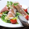 料理メニュー写真生ハムとアボカドのサラダ