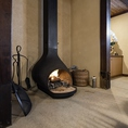 冬の時期には暖炉やストーブが灯ります。炎の揺らめきと温かさが、ほっと癒される時間に…