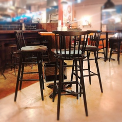 大人呑みの雰囲気を楽しめるハイテーブル席も人気