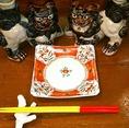 当店ではお箸にも沖縄の歴史や文化にもこだわっております。写真は赤と黄色のお箸「うめーし」