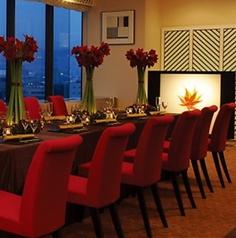 ホ-ル席(イス・テ-ブル)                         婚礼や大宴会場としてもご利用できます。広島駅側の夜景をホテル11Fより一望できます