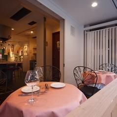 優しいピンクのテラス席でいただくお料理は格別。パリジェンヌになったようなお気持ちでお楽しみください。