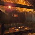 天井は町家の雰囲気。大きいソファで宴会を
