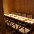 【周りを気にせずプライベート空間を大切にした個室】白木をモチーフにした全16席の小さな天ぷらのお店『hibari』。同じビル内にあり真横に隣接している為、豆家の個室が予約で埋まるとお料理をお運びする事も。貸切対応も可能で最大18名様まで収容可能です。