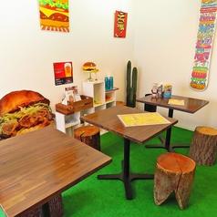 4名様テーブルございます!最大10名様座れますので、大人数の飲み会にも!!こだわりのハンバーガーとお酒を是非♪j