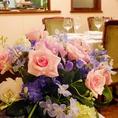 季節のお花が華やか。店内に彩りを添えます。