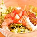 料理メニュー写真エビとアボカドのサラダ
