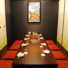 8~12名様。寛ぎの空間は接待、会食におすすめです。隣の個室とは襖を隔てて仕切られるので、プライベート感があります。打ち上げや、名古屋観光のお食事にもお使いいただけます!
