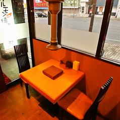 気軽に楽しめてプライベート感あるテーブル席。カップルや友達同士でのご利用にオススメ。