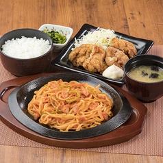 料理メニュー写真鉄板ナポリタンと鶏の唐揚げセット