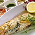 料理メニュー写真本日入荷の鮮魚の丸一匹オーブン焼き