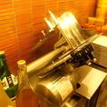 この機械でお肉をスライスします。よりお肉の旨みとやわらかさにこだわったオーナー厳選の機械。
