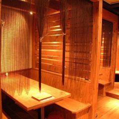 【各線三宮駅から徒歩2分】三宮の駅チカ居酒屋『Momiji 』には、様々なシーンでご利用頂けるお席をご用意しております。こちらの、木作りで落ち着きのある個室風ボックス席は2名様×6組までご利用頂けます。※ご利用をご希望の方は詳細についてスタッフまでお問い合わせ下さい。【三宮 居酒屋 飲み放題】