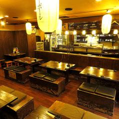 木の温もり溢れる店内。テーブル席/掘りごたつ席をご用意しております。