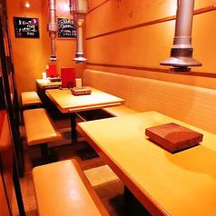 半個室・全ソファーシートのテーブル席。なのでゆったり寛げます。少人数~最大12名様での各種宴会でのご利用も可能です。