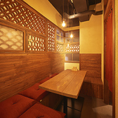 【2階・3階】5名様までご利用できるボックス席の個室が2階と3階に1卓ずつございます。様々な飾り格子とお洒落な照明が印象的な特別空間!