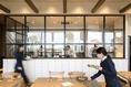 オープンキッチンや木の温もり感じる店内で、お食事をお愉しみください。