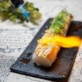 料理メニュー写真ロングサーモンユッケ寿司