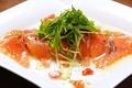料理メニュー写真薄切りサーモンのカルパッチョ わさびビネグレット