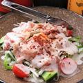 料理メニュー写真生ハムと温泉玉子のシーザーサラダ