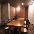 テーブル席をつなげれば1つのテーブルで10名様まで対応可能♪人数に合わせて調整可能なのも嬉しいポイント。貸切は16名様まで収容可能!その他にも柔軟に応えてくれるので、まずは店舗まで相談してみよう!