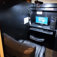 ◆オンラインゲームブース◆ハイバックチェア リクライニング機能もついてさらに快適にリニューアル♪160度リクライニング/15度ロッキング機能/レザー、メッシュ生地/360度回転キャスター/8センチ昇降機能