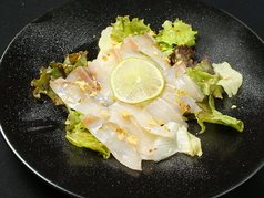 料理メニュー写真本日の鮮魚のカルパッチョ ~ヒマラヤ岩塩と自家製ニンニクオイル仕立て~