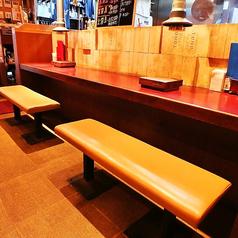 お一人様やお二人様で気軽に楽しめるカウンター席。常連様にもよくご利用頂いております。