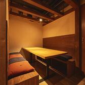 【3階】8名様までご利用できるボックス席の個室。ベンチシートでゆったりとご利用頂けます。中規模な宴会・大人合コンなどプライベート感ある集まりにもオススメです!