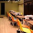 【カラフルな色調の明るい店内】カラフルな椅子・タイルを使用した壁等、マリンテイストのイタリアンバルでお食事を★