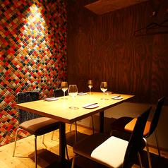 【1F】クローバーダイニングを象徴するモザイクタイルが飲食的なテーブル席