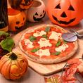 """Trick or Treat♪10月限定でハロウィン期間限定のオリジナルフードとドリンクをご用意しております!! フードは6種、ドリンクは5種のラインナップです♪""""吸血鬼のバイオレットカクテル""""や""""ハロウィンナイトのおばけPizza""""など可愛くて美味しいメニューが満載!"""