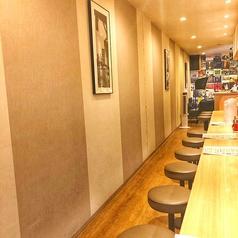 カウンター席全13席ご用意!お昼時は近隣の会社員やランチ使いのお客様でうまるカウンター席。お一人様でも気軽にご利用いただけます。間接照明の優しい雰囲気にジャズの音楽でお料理を頂けます。