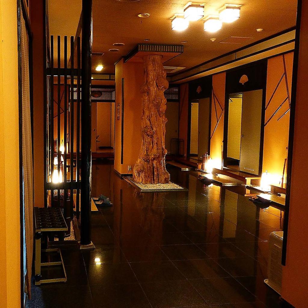 JAZZが流れる落ち着きの店内、椅子席個室とお座敷個室は別々の空間でご用意しています。